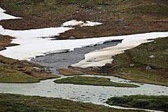 Zufluss des Suottasjjåhkå mit Schneefeld