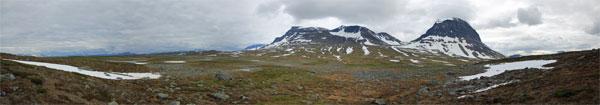Blick über den Suottasjjåhkå zu Suottasjtjåhkkå und Niják