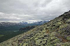 Steiler Abstieg an der Südflanke des Gierdogiesjtjåhkkå