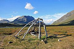 Kote am Ufer des Tjäktjajåkka