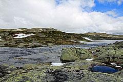 Sommerbrücke zwischen Øvre und Nedre Hellevatnet