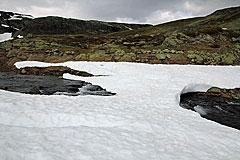 Schneebrückenreste über den Abfluss des Sigridtjørni