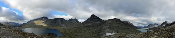 Leirvatnet, Kyrkja und Øvre Høgvagltjønnen vom Pass Høgvaglen
