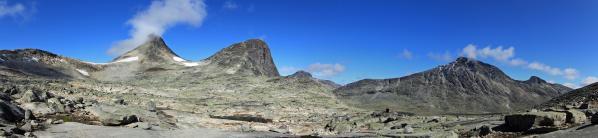 Blick zu Mjølkedalstinden und Store Rauddalseggje von der Passhöhe