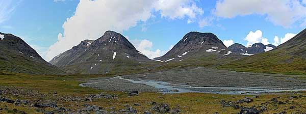 Sarvesjåkkå und Mündung des Flusses vom Gletscher Rijddajiegŋa