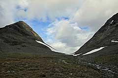 Weiter oben im Niejdariehpvágge liegt ein Schneefeld