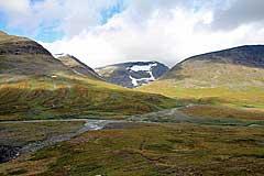 Mündung des Niejdariehpjågåsj in der Álggajåhkå