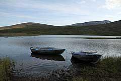 Ruderboote am Álggajávrre
