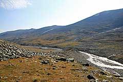 Am Erdwall beginnt der Aufstieg vom Vállejåhkå